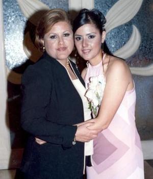 Marcela Ayala Alanís junto a su mamá Oralia Alanís de Ayala quien le ofreció una despedida de soltera en días pasados