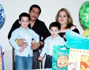 Ernesto y Eduardo de la Cruz Pérez Vertti cumplieron conco y tres años de vida respectivamente y por eso sus  papás les prepararon una merienda