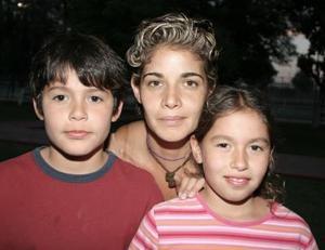 Sandra Peláez en compañía de sus hijos Fabián y Roberto Martínez Peláez.