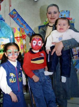 <b>03 de abril </b> <p> Thalía Blanco de Martínez con sus hijos Abraham y Juan Carlos Martínez y la pequeña Yayis Cpardenas