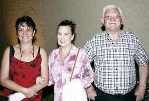 Linda, Lizzy y Rolando Gotés.