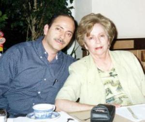 Olga Elizalde de Jalife en pasada reunión familiar acompañada por su hijo Salvador Jalife