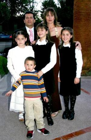 César, Verónica, Vero, Victoria, Viviana y Anuar Marcos Jaidar