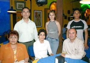 <b>04 de abril</b><p> Paty Soto de Guerra, Marion de Soto, Juan José Soto, Fernando Guerra, Karina Guerra y Antonio Guerra.