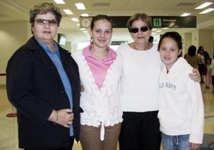 <b>05 de abril</b><p> Martha Alarcón, Regina González y Ana Luisa Cepeda viajaron a Mazatlán y fueron despedidos por Martha Cepeda.