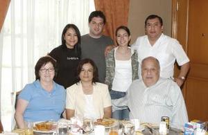 Junto a los recién casados Olga Medina y John Urzi aparecen Emanuel y Virginia Urzi, Juan Antonio Medina y Olga de Medina y Gris Medina