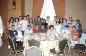 05 de abril  Los novios Olga Medina y John Urzi, acompañada de sus familiares, algunos de ellos procedentes de Estados Unidos