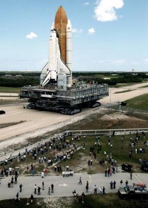 La colocación se llevó a cabo después de una demora en el inicio del recorrido de más de 6.5 kilómetros, que se realizó a paso de tortuga desde el edificio de ensamblaje de vehículos de la agencia espacial estadounidense NASA. <p> La demora en el traslado se produjo tras la detección de una mínima fisura en la parte externa de la espuma aislante del tanque de combustible, aunque la NASA negó que ése haya sido el motivo del retraso en la mudanza.