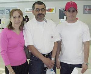Rosario Valdez viajó a San Diego y fue despedida por Gerardo y Sergio Pérez.