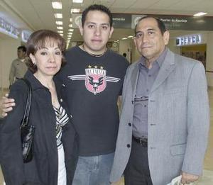 <b>07 de abril</b><p> Javier Gutiérrez y Lidia Gómez viajaron a Huatulco, los despidió Dieter Gutiérrez.