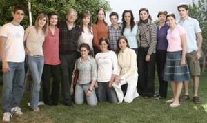 Don Alberto González Domene con su esposa Rosario, Marángel, Rosario, Lorena, Pablo, Lucía, Cecilia, Carmen, María José, Ángel, Isabel, Any y Rosario.