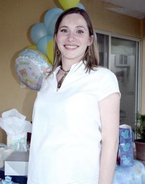 -Consuelo A. García de Carrillo recibió felicitaciones por el próximo nacimiento de su bebé.