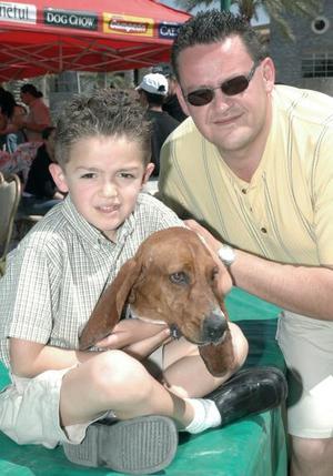 Jorge Tanos y Jorge Tanos Jr., con su perrito Sumbo