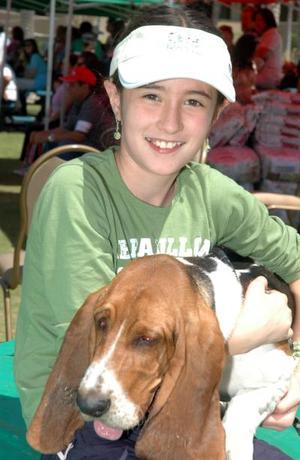 Karla López con Dropy, de la raza basset hound.