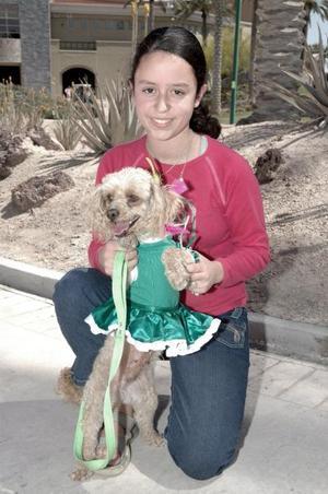 Natmia Garza, con su perrita bailarina.