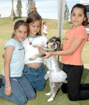 <b>06 de abril </b><p> Zyanya Montes, Cristina González y Karla González, con su perrita french poodle vestida de bailarina