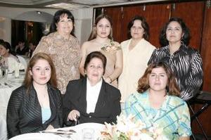 Ana Ivonne Ordaz Mota, acompañada de algunas invitadas a su despedida de soltera .