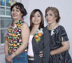06 de abril  Cinthia Hernández García, acompañada de las organizadoras de su fiesta de despedida de soltera.