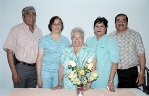 Con motivo de sus 80 años, la señora Emilia Acosta Mauricio disfrutó de una fiesta de cumpleaños.