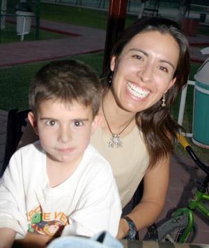 Benjamín Díaz de Quezada junto a su mamá, Gabriela Quezada de Díaz.