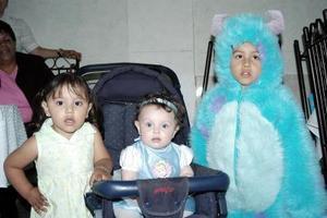Los pequeños Bárbara Salazar, Valeria Contreras y Zaid Contreras, captadoas en pasado convivio infantil.