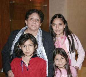 <b>08 de abril </b> <p> Samila, Marbella, Miroslava y Consuelo Rivas, en reciente acto social