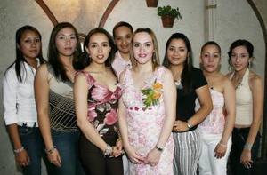 Abril Rivas Morales,  captada en su primera despedida de soltera acompañada por algunas de las invitadas que felicitaron ampliamente por su cercana boda.