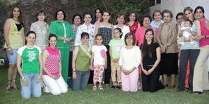Claudia Robles de Garza, acompañada por sus familiares y amistades en su fiesta de canastilla