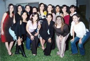 Cynthia Yolanda Santibañez García, en su despedida de soltera con sus amigas y familiares.