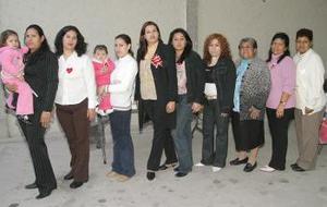 08 de abril   Familiares y amigas acompañaron a María de los Ángeles de la Cruz Acuña, en la despedida de soltera que le organizaron por su próxima boda con Juan José Agüero Navarro, a celebrarse el próximo 16 de abril.