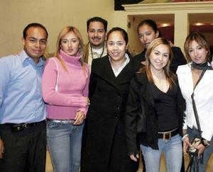 <b>08 de abril </b><p> Álvaro, Goretti, Pamela, Jorge, Mary, Carmen y Bety, captados en reciente fiesta.