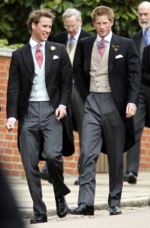 Los hijos de Diana de Gales, los príncipes Guillermo y Enrique, se mostraron hoy sonrientes y relajados en el enlace de Carlos de Inglaterra y Camilla, la mujer a la que el mundo acusó de romper el primer matrimonio de su padre.