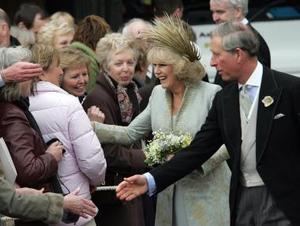 Al término de la ceremonia, Carlos y Camilla salieron sonrientes ante una multitud que, con banderas británicas, les saludó al pie de las escalinatas de esta capilla medieval.