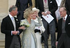 Tras casarse por lo civil con el príncipe Carlos, Camilla Parker Bowles apareció hoy, por primera vez, junto a la reina Isabel II de Inglaterra en una foto oficial, después de años de relación tirante entre ambas.