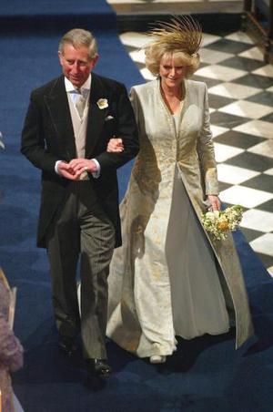 Frente a la reina Isabel II de Inglaterra, el duque de Edimburgo y unos 700 invitados, entre ellos familiares, amigos y miembros del mundo político británico, la pareja recibió la bendición después de reconocer sus pecados, pedir perdón a Dios y jurarse fidelidad.