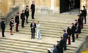 El príncipe Carlos y su esposa, la duquesa de Cornualles, recibieron  la bendición del arzobispo de Canterbury, Rowan Williams, en un oficio religioso sencillo y emotivo en la capilla de San Jorge del castillo de Windsor.