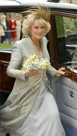 Para el servicio religioso, al que asistió la Reina, Camilla cambió de atuendo y se puso un vestido largo de seda en color azul grisáceo, con adornos bordados con hilo de oro y un tocado en los mismos tonos.