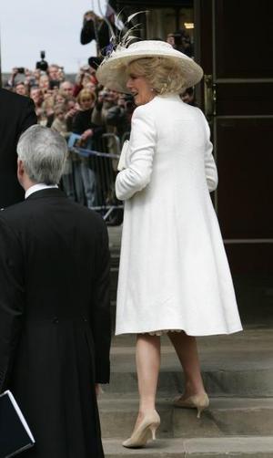 La ya duquesa de Cornualles,  llevó un bonito vestido a media pierna con abrigo a juego, además de pamela y bolso de mano, que recibió la aprobación general.  <p> Los comentaristas de las cadenas de televisión británicas aplaudieron el traje escogido por Camilla para su segunda boda, que consideraron a la vez sobrio y elegante.