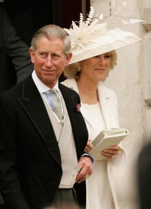 Que Dios los bendiga, Dios salve a la Reina, El que no haya pecado que tire la primera piedra o Buena suerte para los dos son algunos de los carteles que súbditos británicos, a los que se les vio muy animados, desplegaron en las calles.