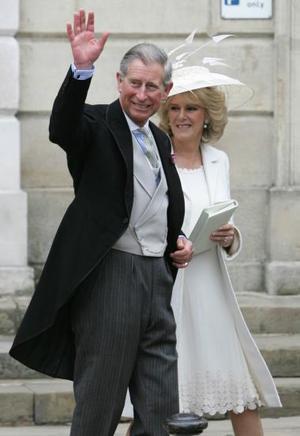 '¡Viva Carlos!', '¡Camilla! o 'Vivan los novios' fueron algunos de los gritos de la gente nada más salir Carlos y Camilla como marido y mujer y saludar discretamente antes de subir otra vez al Rolls-Royce para regresar al castillo de Windsor.