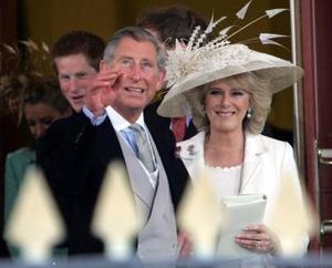 La ceremonia estuvo a cargo de la superintendente del registro civil de Windsor, Clair Williams, en la sala Ascot, que estuvo adornada con lilas procedentes de Highgrove, la residencia campestre del príncipe de Gales en Gloucestershire, oeste de Inglaterra.