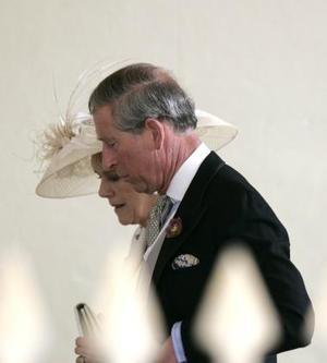 Los novios llegaron al ayuntamiento en un lujoso Rolls Royce Phantom VI, que perteneció a la Reina Madre, pocos minutos después de que lo hicieran los invitados, entre ellos el príncipe Guillermo, hijo de Carlos, y Tom Parker Bowles, primogénito de Camilla, quienes fueron los testigos del enlace.