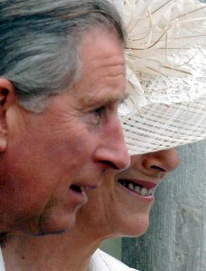 En un ambiente festivo y en medio de fuertes medidas de seguridad, el heredero de la Corona británica y Camilla, ahora duquesa de Cornualles, dijeron el sí quiero ante apenas una treintena de personas, entre las que no estaba la reina Isabel II.