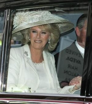 El príncipe Carlos y el amor de su vida, Camilla Parker Bowles, contrajeron matrimonio en una discreta ceremonia civil en el ayuntamiento de Windsor, donde miles de personas desafiaron el frío para ver a la pareja real.