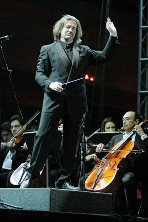 Gente de todos los estratos sociales, ricos, pobres y otros no tanto, todos llegaron ante la expectativa de un concierto al aire libre que prometía una verbena popular, como sólo en México se saben hacer.