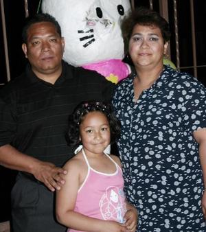 Flor Elena Vargas Huitrado acompañada por sus papás, Raymundo Vargas y Olga Lidia Cabrera.