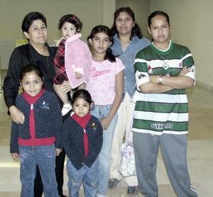 Mayela, Dulce y Alejandra viajaron a Los Ángeles y fueron despedidos por sus familiares