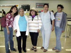 María Reyes y Ramona viajaron a California y las despidieron Josefina, Alejandra y Ángeles
