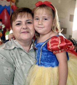 Andrea González acompañada de su abuelita Ivonne Albores