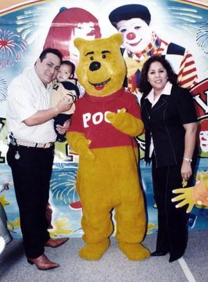 Luis Antonio Ramírez de la Cruz junto a sus mamá Melina de Ramírez y Luis Antonio Ramírez.